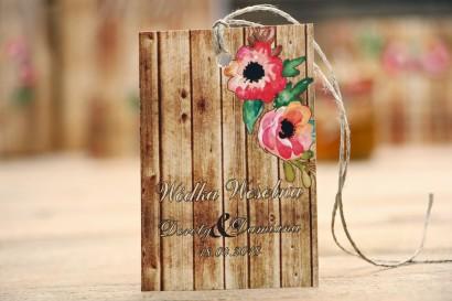 Zawieszka na butelkę, wódka weselna, Ślub - Rustykalne nr 2 - Różowa eustoma - dodatki ślubne z motywem drewna