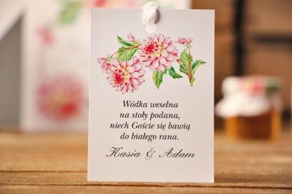 Zawieszka na butelkę, wódka weselna, ślub - Kalia nr 4 - Różowe dalie - kwiatowe dodatki ślubne