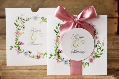 Zaproszenia ślubne w etui - Delikatne, pastelowe kwiaty drobnych bratków w otoczeniu polnej trawy