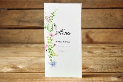 Meny weselne - Delikatne, pastelowe kwiaty drobnych bratków w otoczeniu polnej trawy