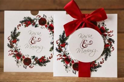 Zaproszenia ślubne w etui - Elegancka, zimowa kompozycja z kwiatami róży, jarzębiną i gałązkami świerku