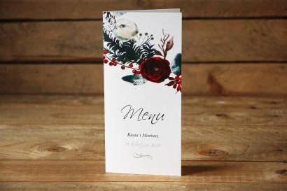 Menu Weselne - Elegancka, zimowa kompozycja z kwiatami róży, jarzębiną i gałązkami świerku