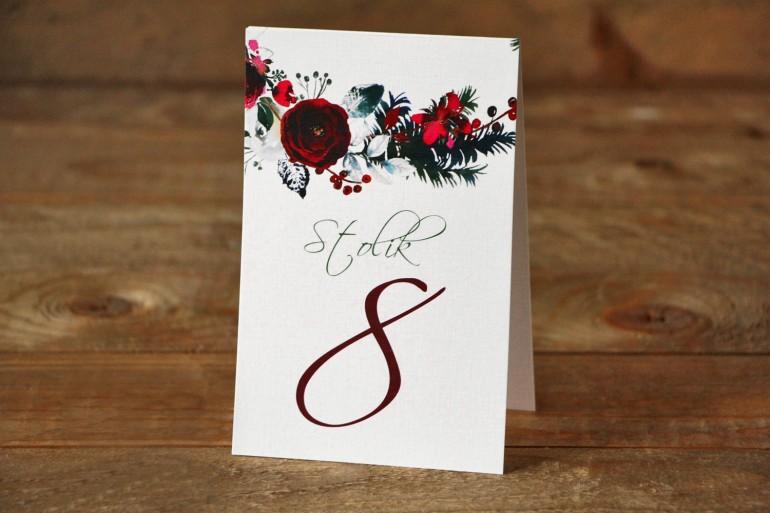 Numery stolików weselnych - Elegancka, zimowa kompozycja z kwiatami róży, jarzębiną i gałązkami świerku