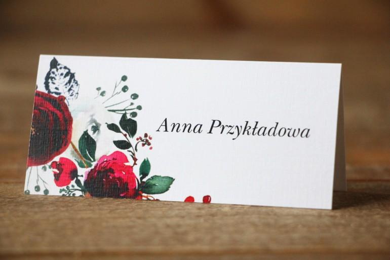 Winietki, wizytówki na stół weselny - Elegancka, zimowa kompozycja z kwiatami róży, jarzębiną i gałązkami świerku