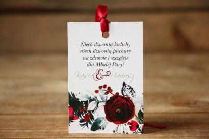 Zawieszki na butelki weselne - Elegancka, zimowa kompozycja z kwiatami róży, jarzębiną i gałązkami świerku