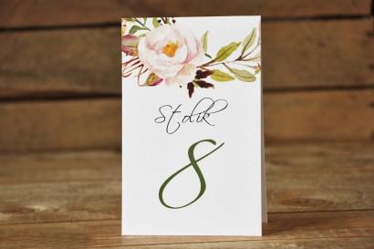 Numery stolików weselnych - Delikatna pastelowa kompozycja kwiatów piwonii w otoczeniu jasnozielonych gałązek