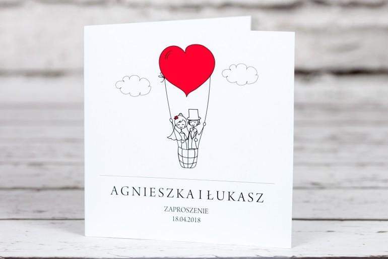 Zaproszenia ślubne Bueno  nr 1 - Rysunkowa para w czerwonym latającym balonie dryfującym w chmurach - okładka