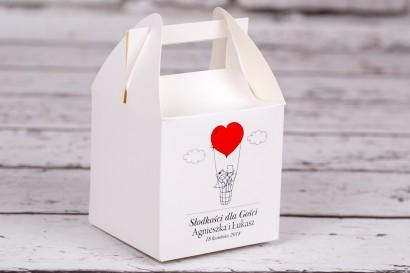 Pudełko kwadratowe na ciasto weselne z kolekcji Bueno nr 1 - Rysunkowa para w czerwonym latającym balonie dryfującym w chmurach