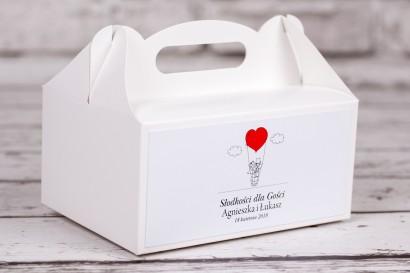Pudełko prostokątne na ciasto weselne z kolekcji Bueno nr 1 - Rysunkowa para w czerwonym latającym balonie dryfującym w chmurach
