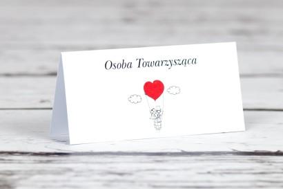 Winietki, wizytówki na stół weselny z Kolekcji Bueno nr 1 - Rysunkowa para w czerwonym latającym balonie dryfującym w chmurach