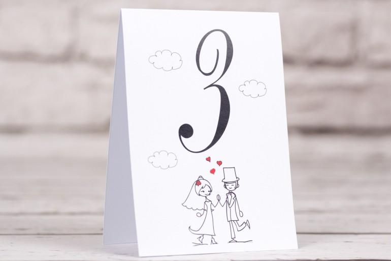 Numery stolików weselnych, ślubnych Bueno nr 2 - Para Młoda w zabawnej wersji rysunkowej z delikatnym akcentem serduszek