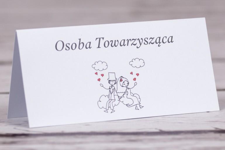 Winietki, wizytówki na stół weselny Bueno nr 3 - Rysunek zakochanej Pary Młodej dryfującej w chmurach