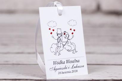 Zawieszki na butelki weselne Bueno nr 3 - Rysunek zakochanej Pary Młodej dryfującej w chmurach