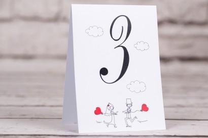 Ślubne numery stolików weselnych z kolekcji Bueno nr 5 - Rysunek Pary Młodej z czerwonymi balonikami biegnącej w swoje objęcia