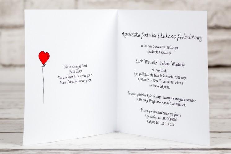 Wnętrze zaproszenia ślubnego z kolekcji Bueno nr 8 - Rysunkowa zakochana para w objęciach miłości