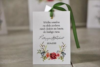 Zawieszka na butelkę, Wódka weselna, ślub - Pistacjowe nr 11 - Chłodny bukiet bordowych róż