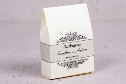 Ślubne pudełeczko na słodkości dla gości weselnych z kolekcji Arte nr 6 - Klasyczny wzór z eleganckim zdobieniem - wersja ecru