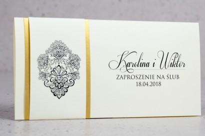 Zaproszenia ślubne Moreno nr 1 - owinięte perłowo-złotą owijką z bogato zdobionym ornamentem i cyrkonią