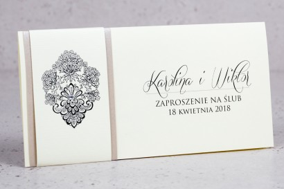 Zaproszenia ślubne Moreno nr 3 - owinięte perłowo-kremową owijką z bogato zdobionym ornamentem i cyrkonią