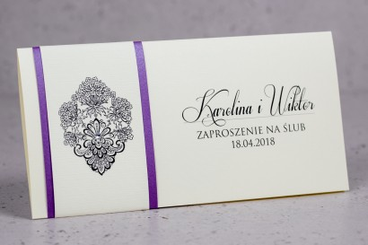 Zaproszenia ślubne Moreno nr 4 - owinięte perłowo-fioletową owijką z bogato zdobionym ornamentem i cyrkonią