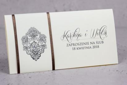 Zaproszenia ślubne Moreno nr 6 - owinięte perłowo-brązową owijką z bogato zdobionym ornamentem i cyrkonią