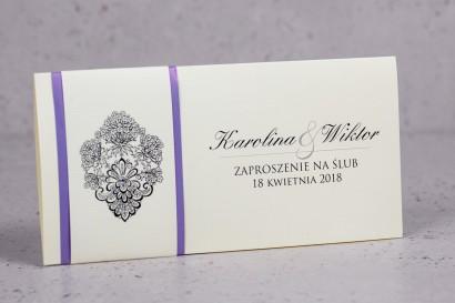 Zaproszenia ślubne Moreno nr 7 - owinięte perłowo-liliową owijką z bogato zdobionym ornamentem i cyrkonią