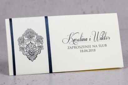 Zaproszenia ślubne Moreno nr 8 - owinięte perłowo-granatową owijką z bogato zdobionym ornamentem i cyrkonią