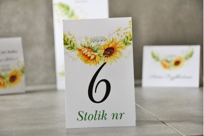 Numery stolików, stół weselny, Ślub - Pistacjowe nr 13 - Letnie słoneczniki z polną trawą