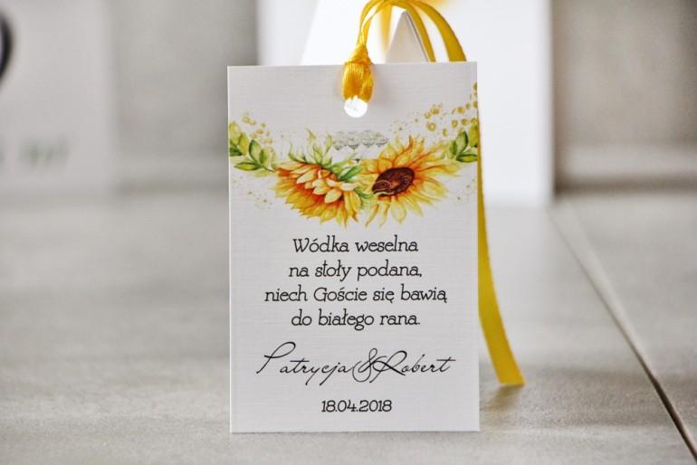 Zawieszka na butelkę, Wódka weselna, ślub - Pistacjowe nr 13 - Letnie słoneczniki z polną trawą