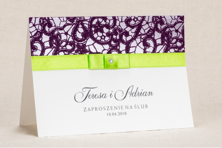 Klasyczne zaproszenia ślubne z elegancką fioletową koronką i kontrastującą zieloną kokardką - Klaris nr 1