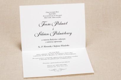 Klasyczne zaproszenia ślubne z elegancką fioletową koronką i kontrastującą zieloną kokardką - Wnętrze Klaris nr 1