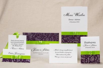Klasyczne zaproszenia ślubne z elegancką fioletową koronką i kontrastującą zieloną kokardką - zestaw próbny Klaris nr 1