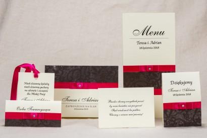 Klasyczne zaproszenia ślubne z brązową koronką i intensywną amarantową kokardką - zestaw próbny Klaris nr 1