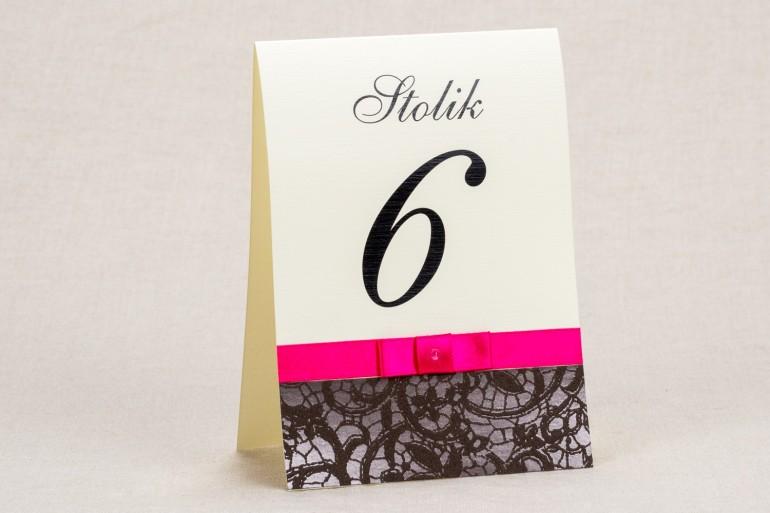 Ślubne numery stolików - Klasyczny wzór z ozdobną brązową koronką i intensywną amarantową kokardką - Klaris nr 2