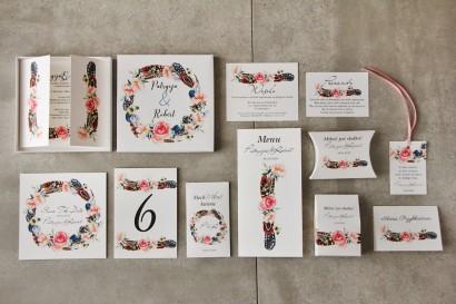Efektowne zaproszenie ślubne w pudełku z dodatkami - Pistacjowe 16 - W stylu boho z piórkami i różowymi kwiatami