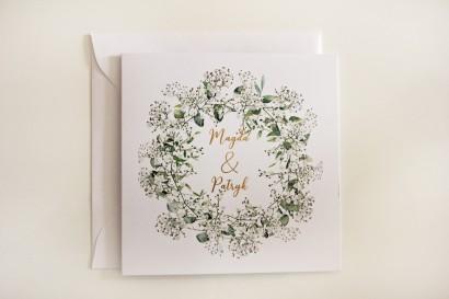 Biało-zielone zaproszenia ślubne z gipsówką i eukaliptusem, złote napisy - kolekcja Cykade nr 13