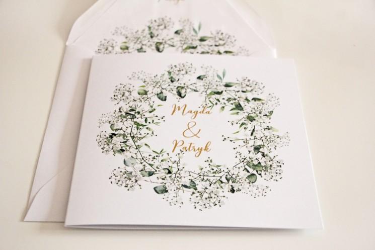 Biało-zielone zaproszenia ślubne z gipsówką i eukaliptusem, złote napisy