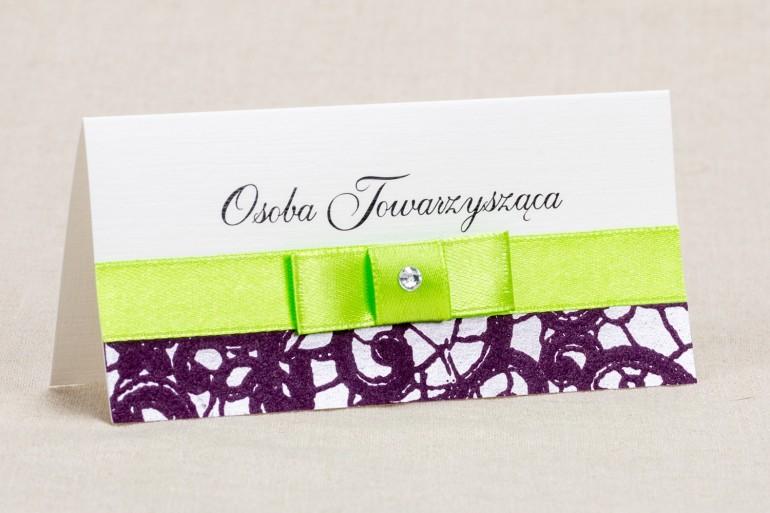 Ślubne winietki, wizytówki na stół weselny - Klasyczny wzór z elegancką fioletową koronką i kontrastującą zieloną kokardką
