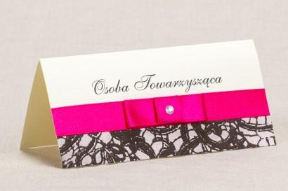 Ślubne winietki, wizytówki na stół weselny - Klasyczny wzór z brązową ozdobną koronką i intensywną amarantową kokardką