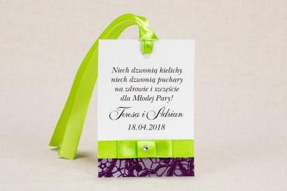 Ślubne zawieszki na butelki weselne - Klasyczny wzór z elegancką fioletową koronką i kontrastującą zieloną kokardką