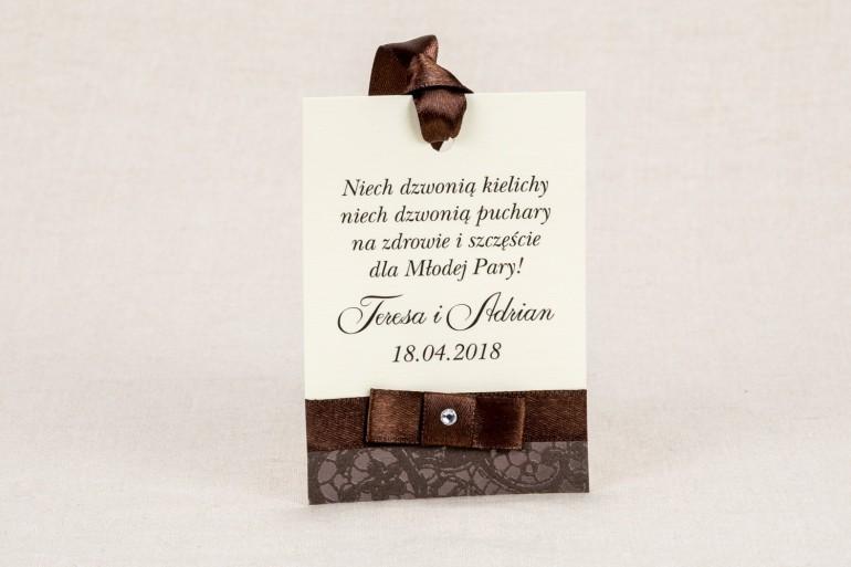 Ślubne zawieszki na butelki weselne - Klasyczne winietki z brązową koronką i z delikatną kokardką