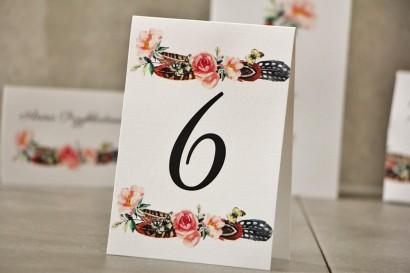 Numery stolików, stół weselny, Ślub - Pistacjowe nr 16 - W stylu boho z piórkami i kwiatami w odcieniach różu