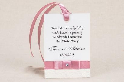 Ślubne zawieszki na butelki weselne - Klasyczne winietki z białą koronką i akcentem jasnego różu