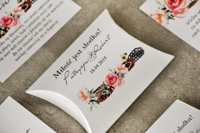 Pudełeczko poduszeczka na cukierki, podziękowania dla Gości weselnych - Pistacjowe nr 16 - W stylu boho, pióra i różowe kwiaty