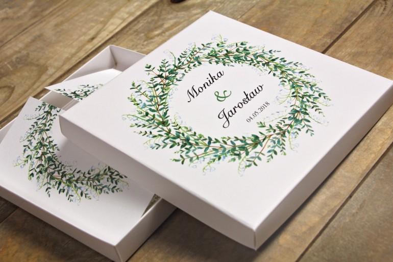 Zielone zaproszenia ślubne w pudełku z konwaliami