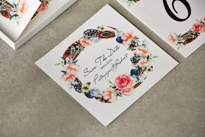Bilecik Save The Date do zaproszenia - Pistacjowe nr 16 - W stylu Boho, pióra i różowe kwiaty