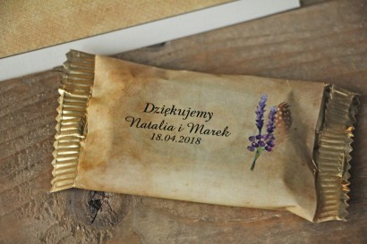 Rustykalne Ślubne Czekoladki z piórkiem w stylu boho. Ślubne czekoladki to słodki upominek dla gości weselnych - Karmelowe nr 3