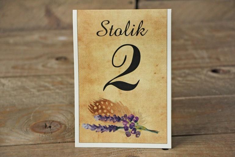 Rustykalne Ślubne numery stolików weselnych z piórkiem w stylu boho, kolor fioletowy - Karmelowe nr 3