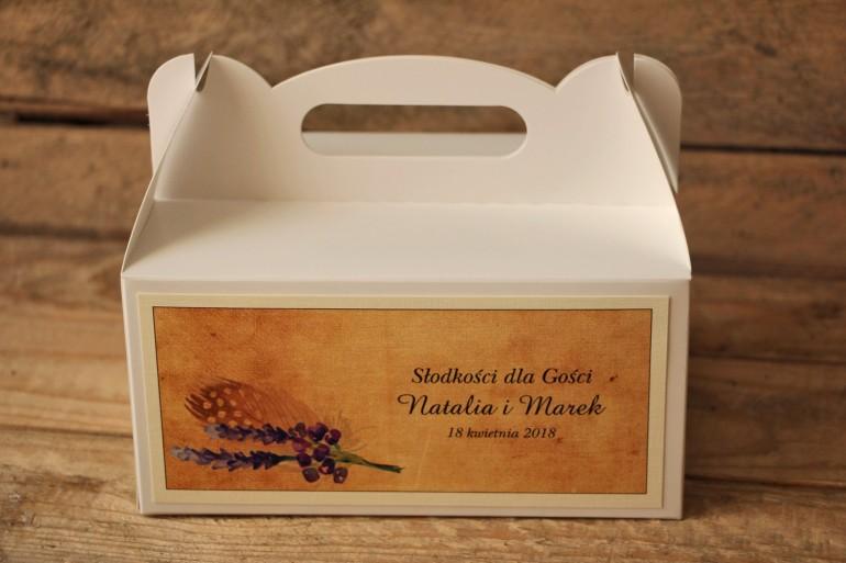 Rustykalne Pudełka (kwadratowe) na Ciasto weselne z piórkiem w stylu boho, kolor fioletowy - Karmelowe nr 3