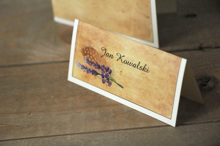 Rustykalne Winietki ślubne, wizytówki na stół weselny z piórkiem w stylu boho - Karmelowe nr 3